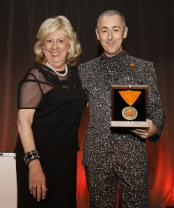 Fairstein presenting the Safe Horizon Humanitarian Award to actor Alan Cumming at Safe Horizon's 20th Annual Champion Awards Dinner.